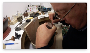 Documentaire knottekistje - Jaap Rolf graveert het knottekistje